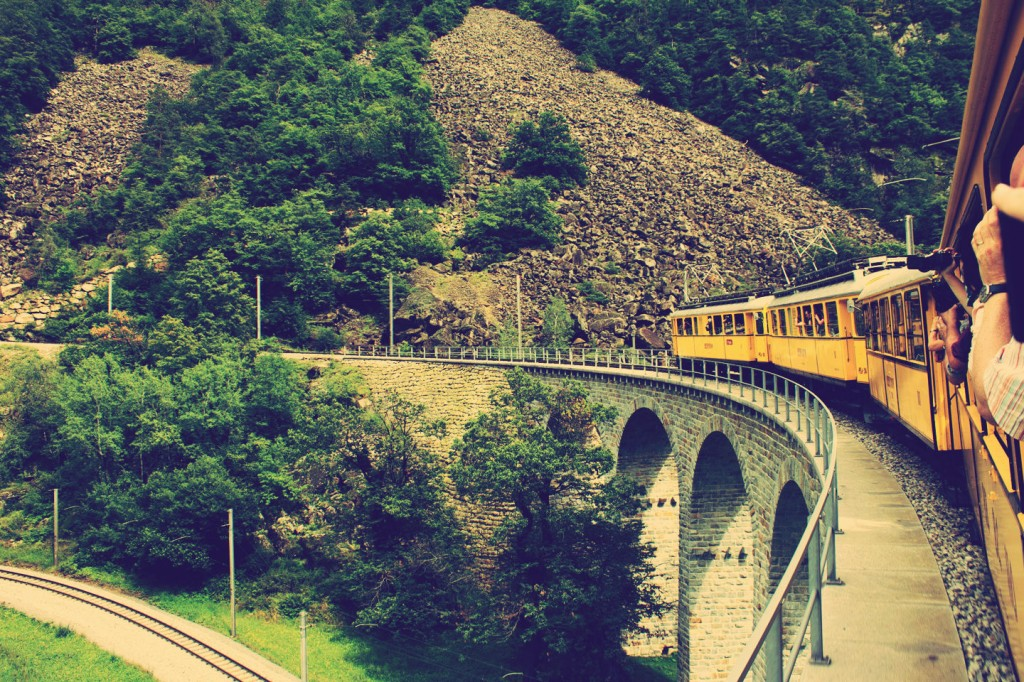 De Nostalgiezug Bernina op het Brusio Circular Viaduct