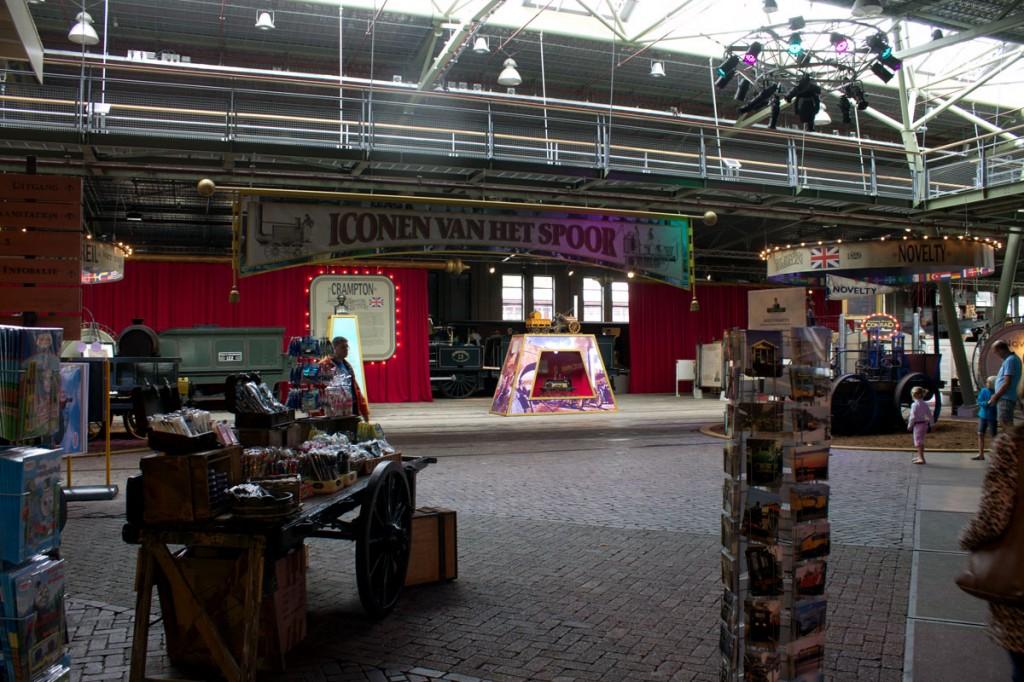 De hal in de 'werkplaats' met aan de linkerzijde de museumwinkel.