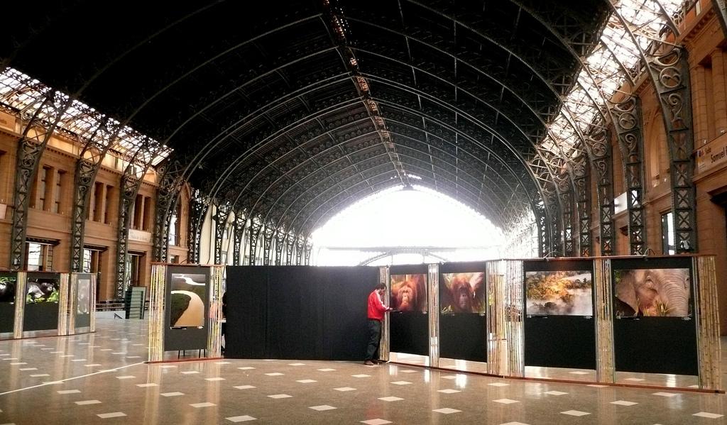 De grote hal met één van de vele exposities. - © Eduardo Zárate