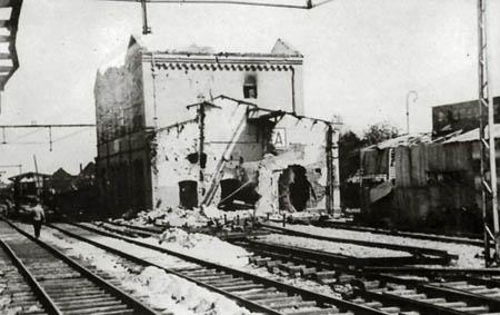 Het stationsgebouw na het bombardement. - Stationsweb.nl