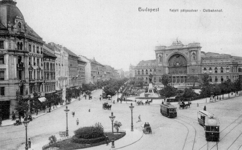 Budapest Keleti rond 1900. Met voor het station het Barossplein en een standbeeld van Baross zelf.